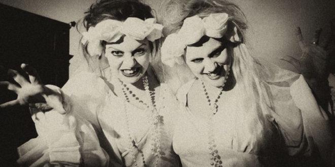 Vampiri Irlandesi - Two girls in fancy dress (Ireland's Content Pool)